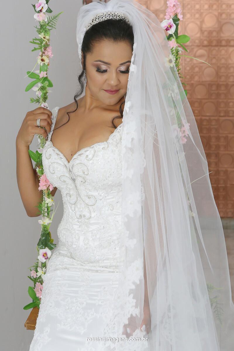 noiva de vestido na balanca com flores, vestido de noiva, bride, wedding, casamento, making of em mogi