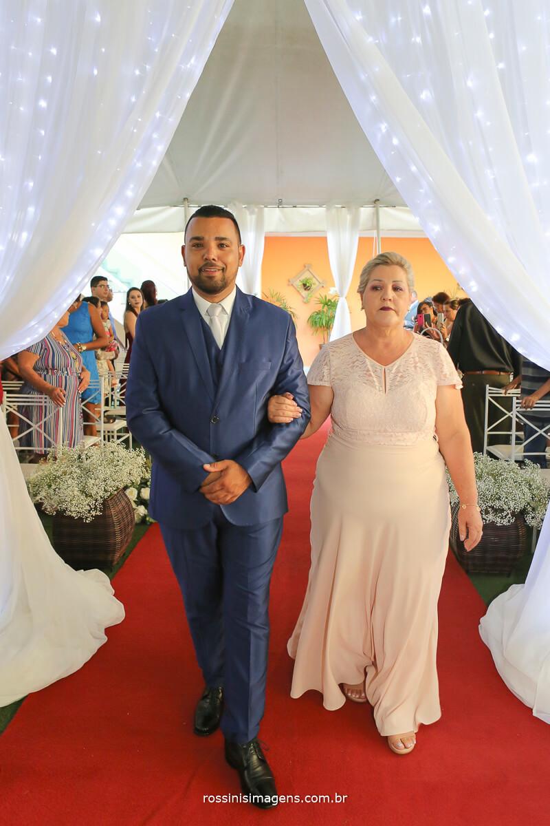 a linda entrada do noivo fernando com a mae no tapete vermelho para o cerimoniaol
