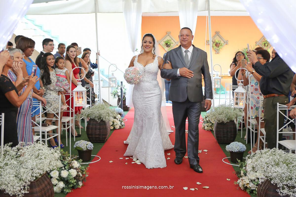 entrada da noiva no tapete vermelho no glamour festa e eventos e rossinis imagens