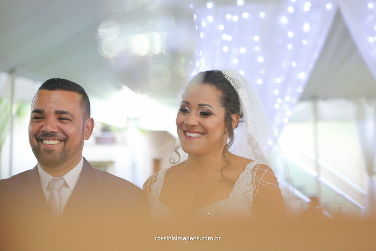 noivos rindo durante a cerimonia de casamento momento muito espontâneo fotografia jornalistica