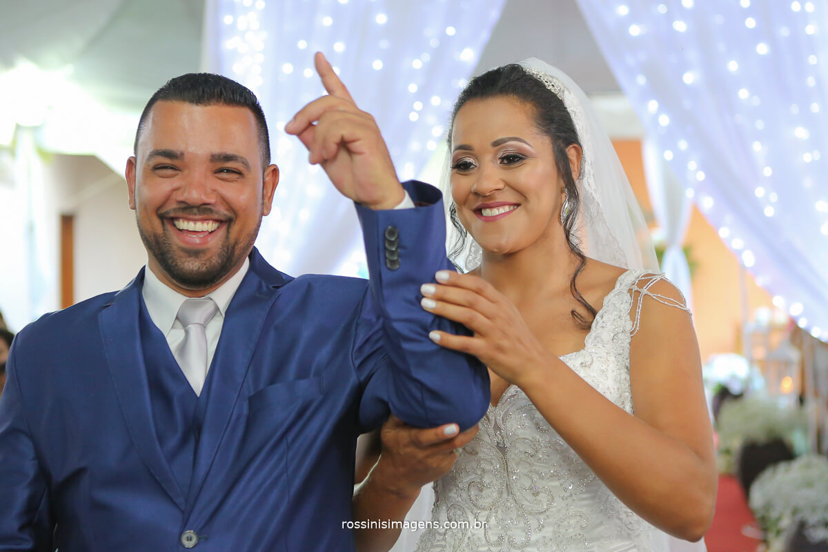 noivo apontando dedo para cima agradecendo ao senho Deus, cerimonia de casamento com mestre de cerimonia! Pastor, Padre, celebrante