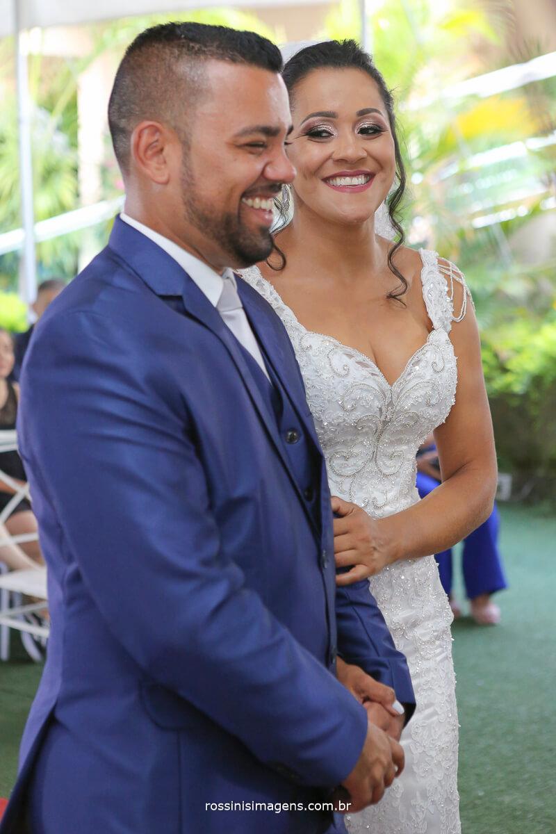 noiva olhando para o noivo e sorrindo, casamento lindo e espontâneo, espaco glamour em itaqua rossinis imagens fotografia e video