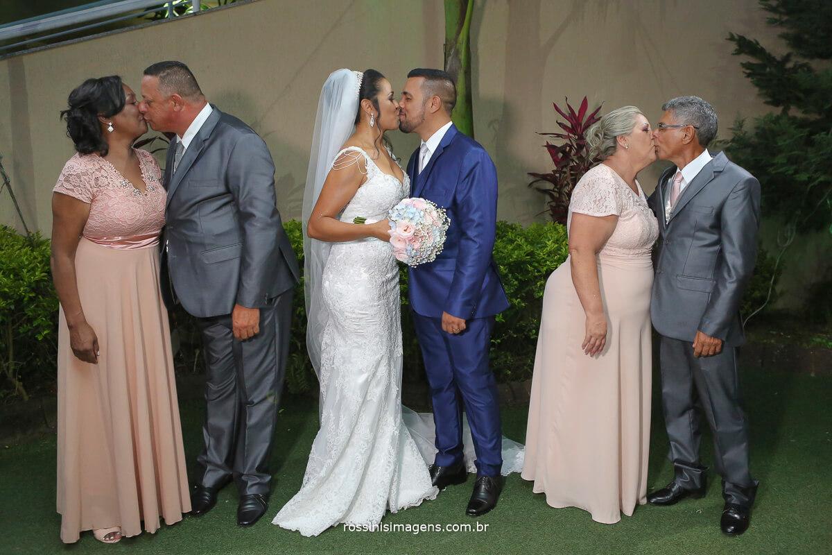 noivos e pais se beijando rossinis imagens casamento