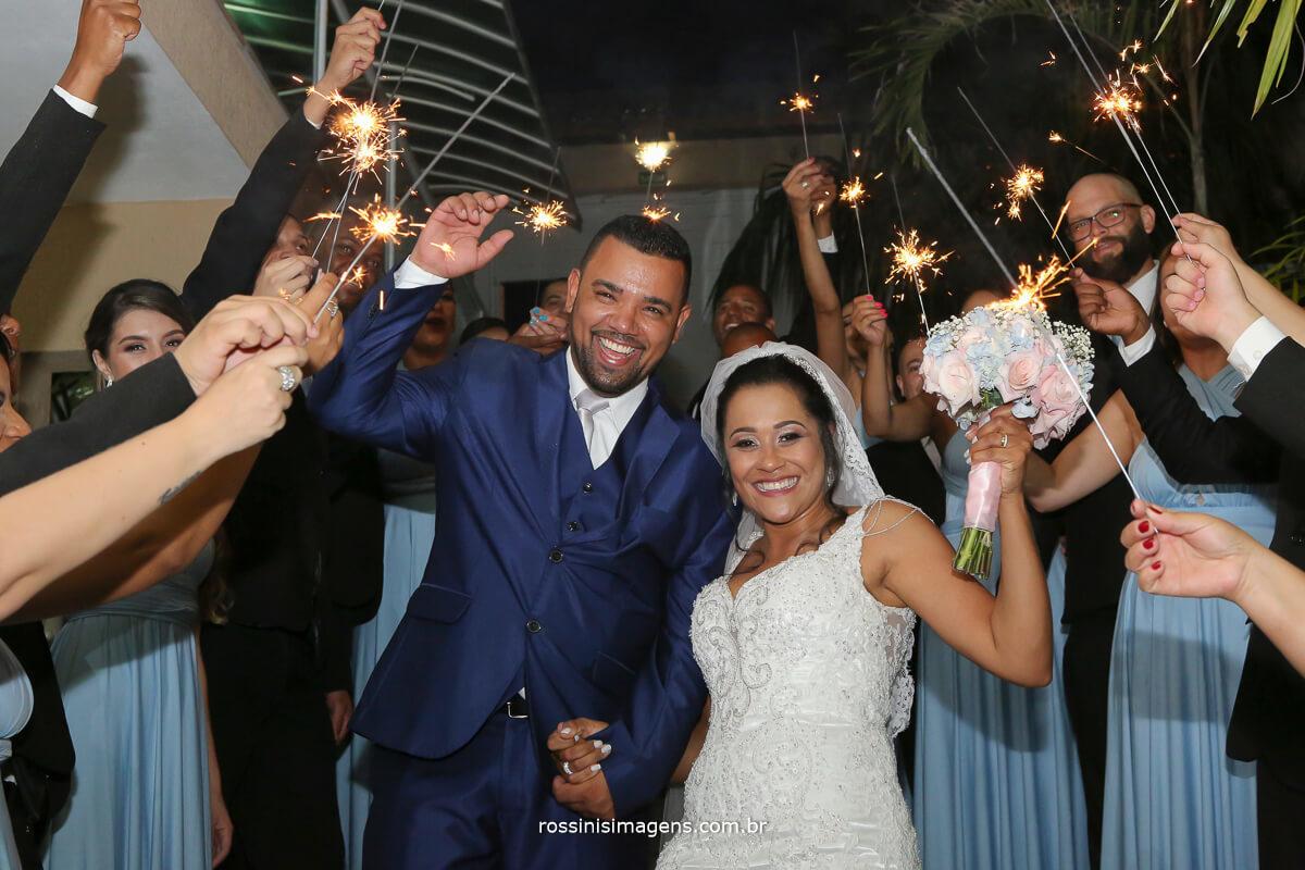 foto coletiva com padrinhos e noivos com sparkles, wedding sparkles
