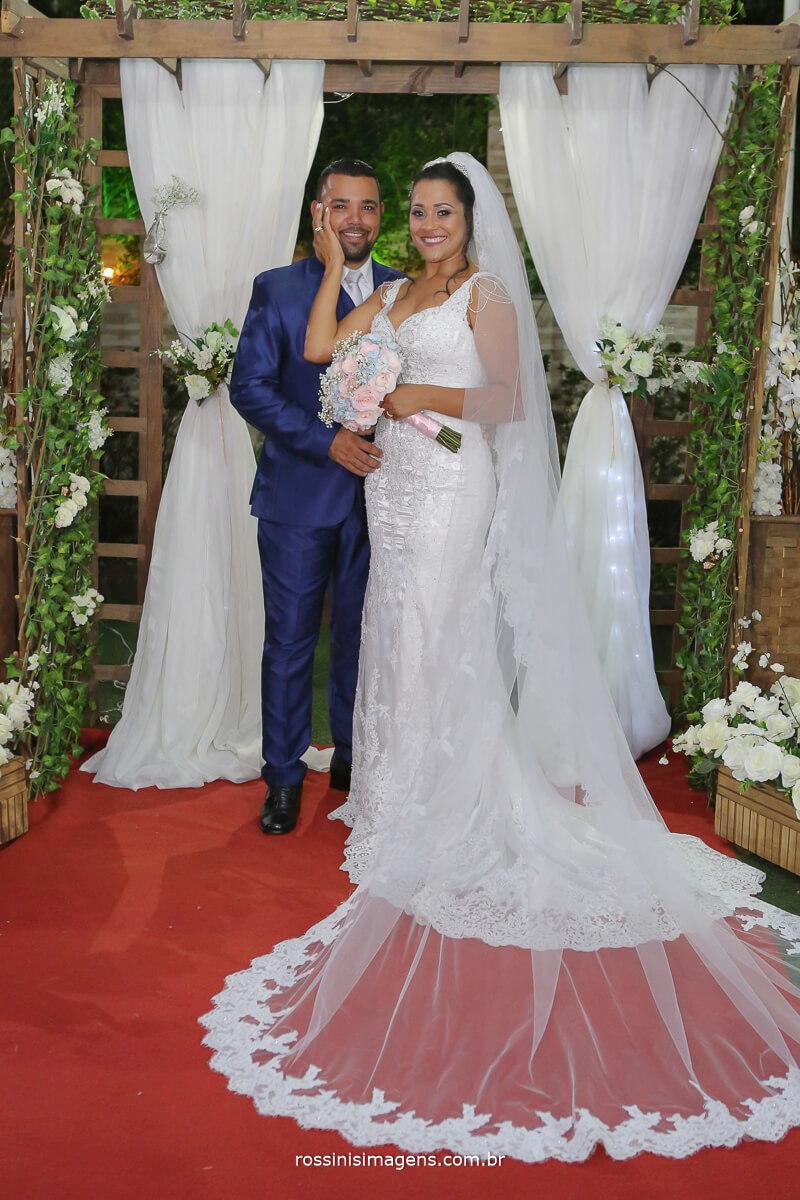 escolha a melhor cor para o terno, sapato, camisa, para usar no dia do casamento, noivos olhando