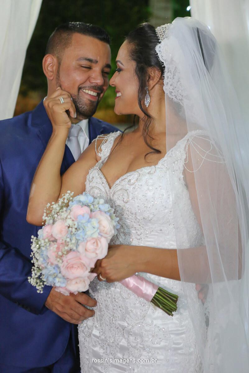 noiva olhando o noivo de perto
