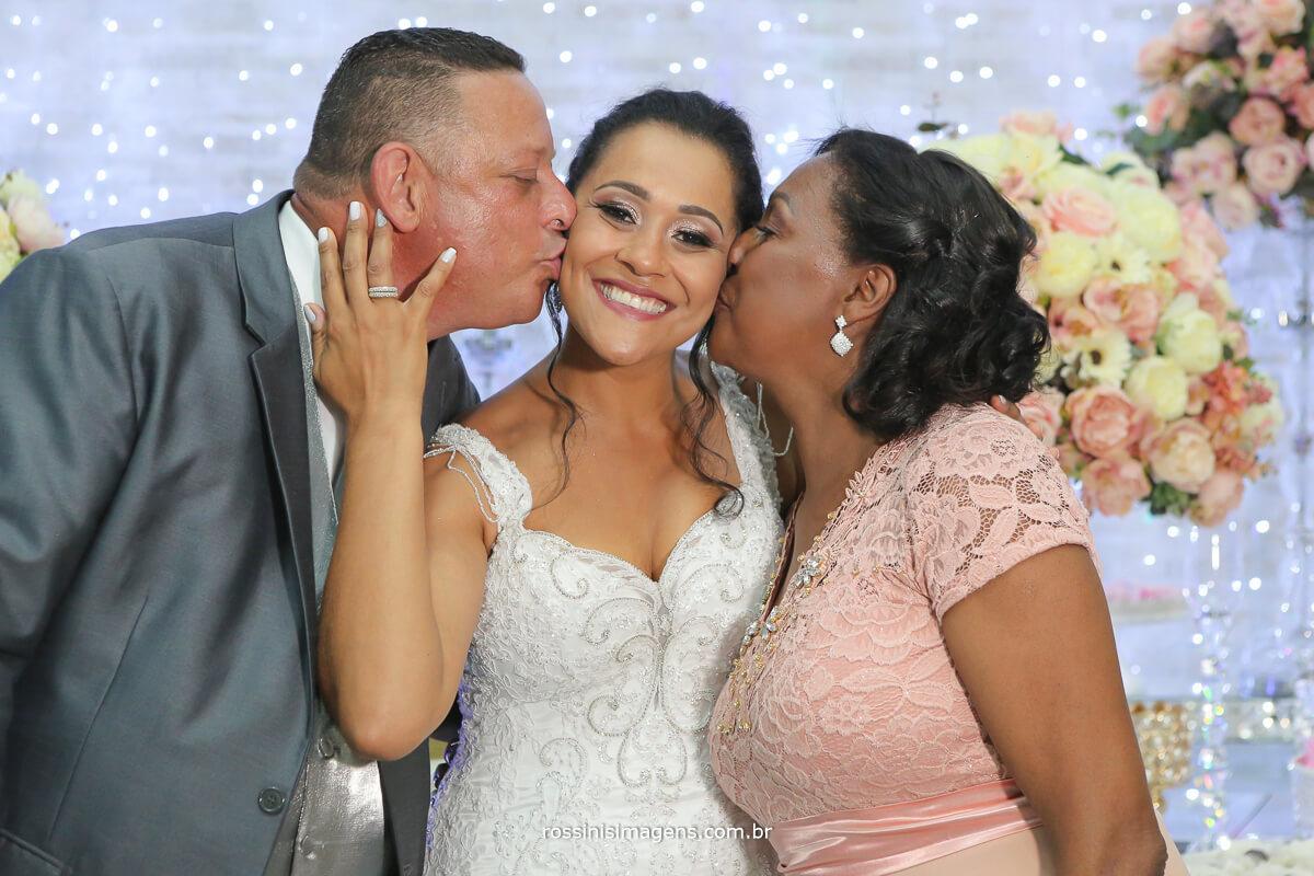 pai e mãe da noiva na mesa do bolo