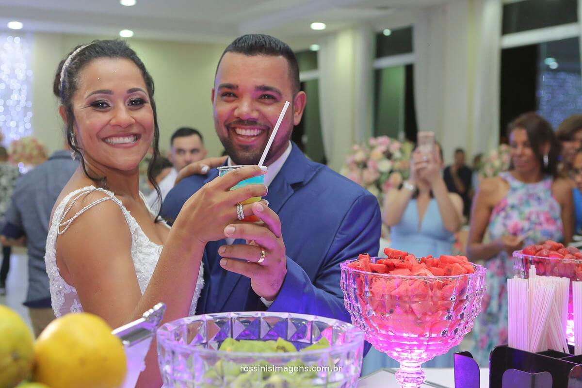 primeiro drink de casados noivos abrindo o coquetel de bebidas