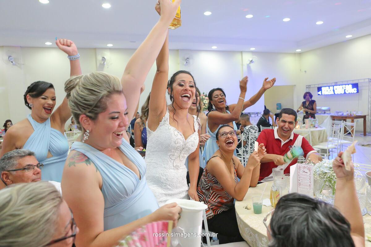 madrinhas e noiva passando o sapatinho fazendo a festa no espaco glamour em itaqua com fotografia de rossinis imagens