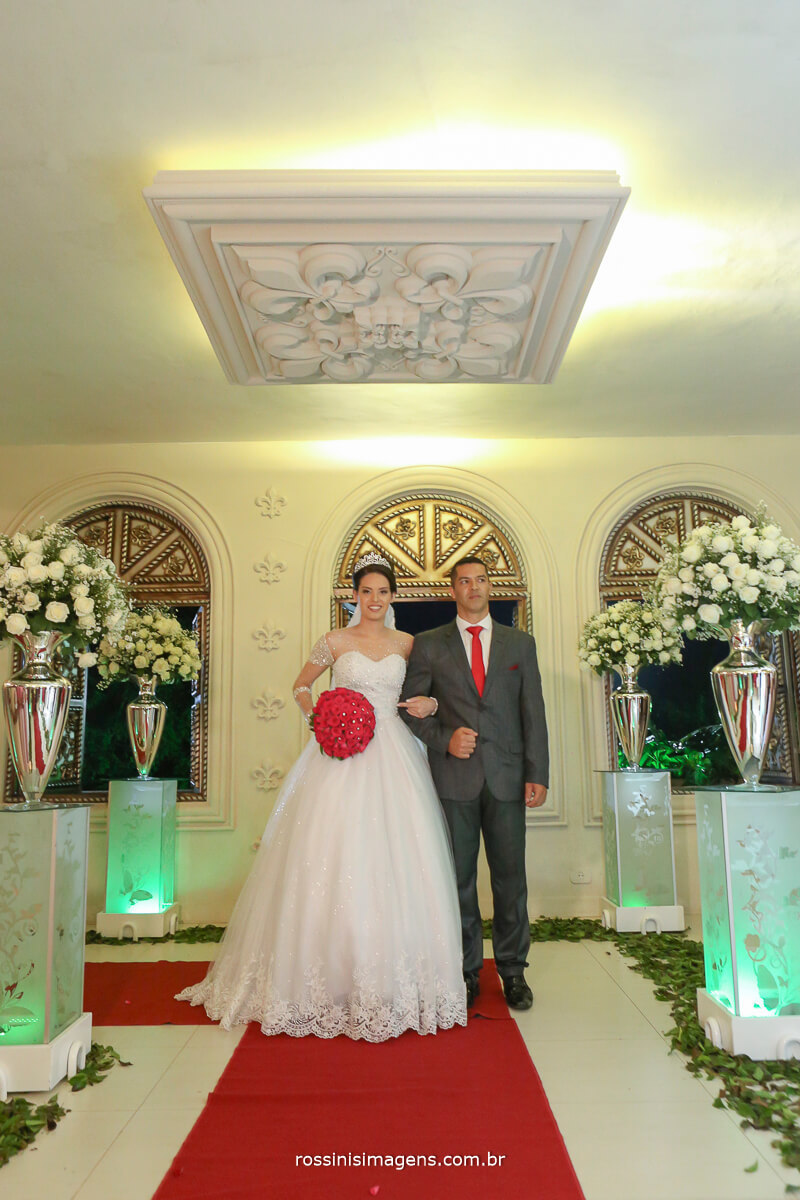 noiva entrando no cerimonial de casamento monte castelo e rossinis imagens fotografia e filme de casamento castelo excalibur
