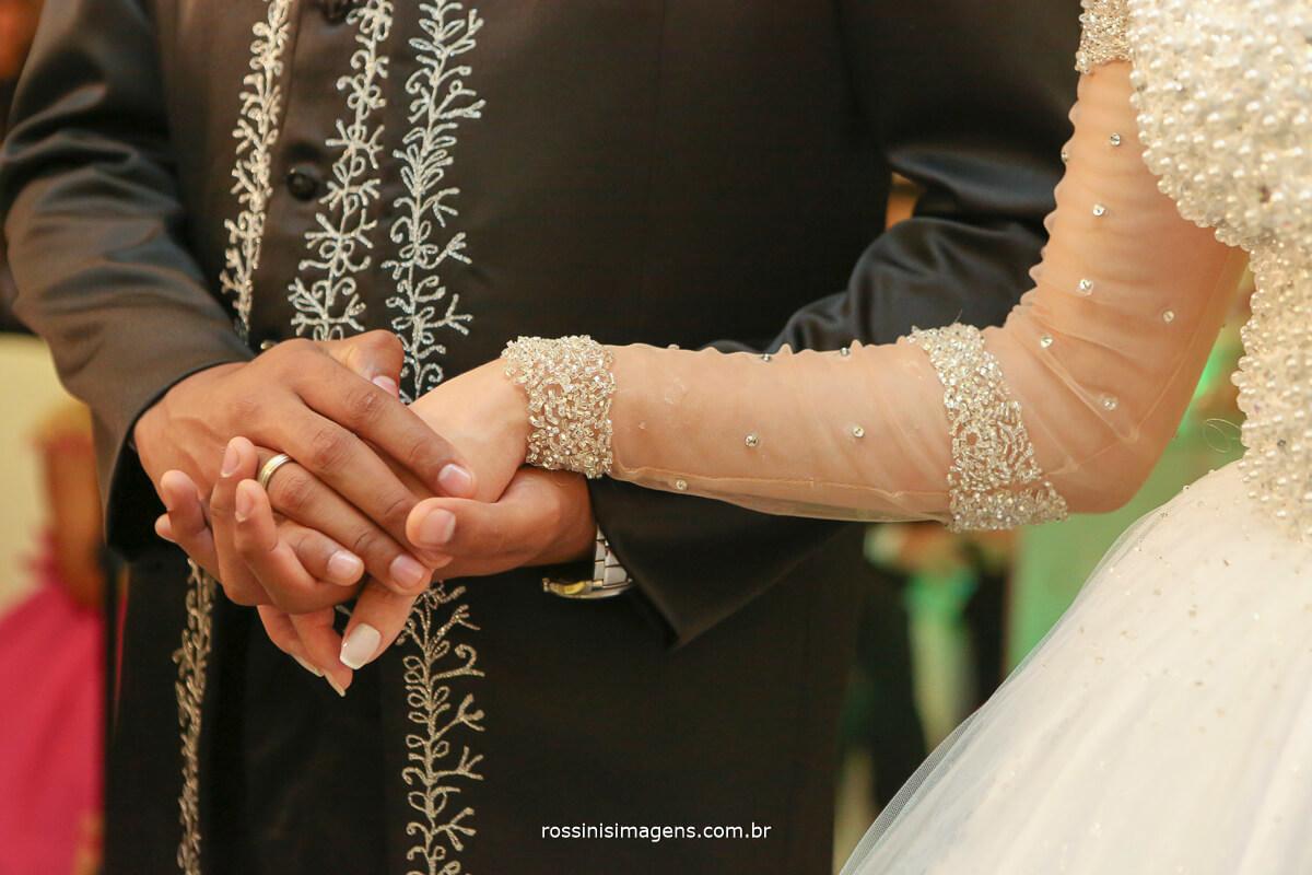 noivo segurando a mão da noiva fotografia e filmagem de casamento