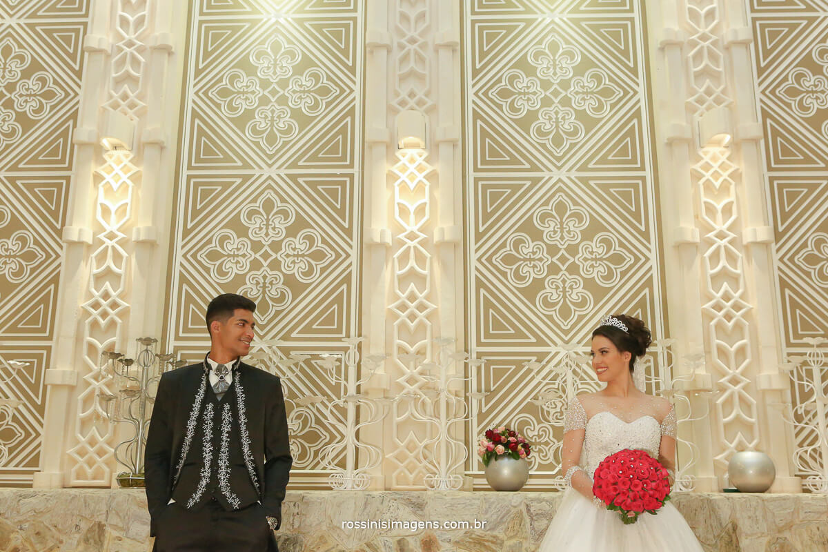 sessão de fotos depois da cerimonia noivos no castelo avalon noivos olhando