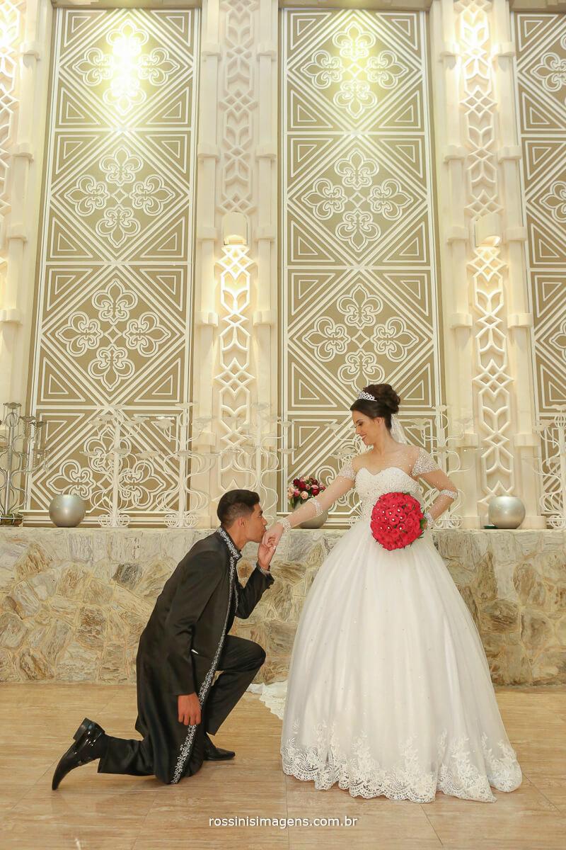 noivo beijando a mao da noiva esposa no castelo avalon rossinis imagens