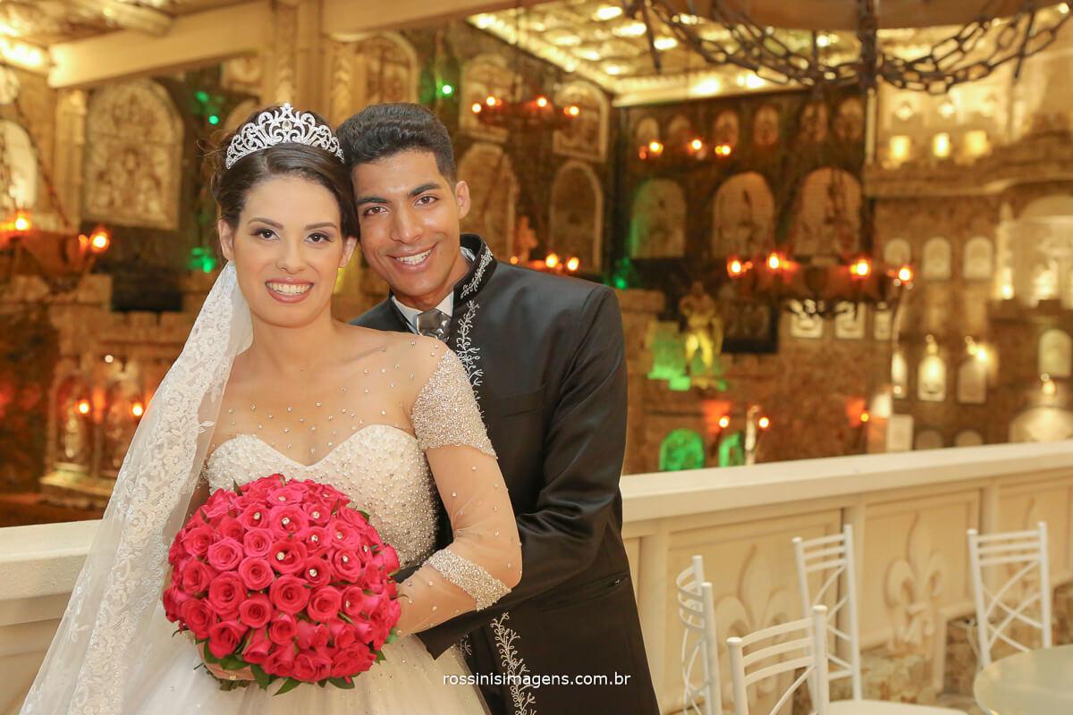 casal junto abraçados no castelo fotografia de casamento rossinis imagens