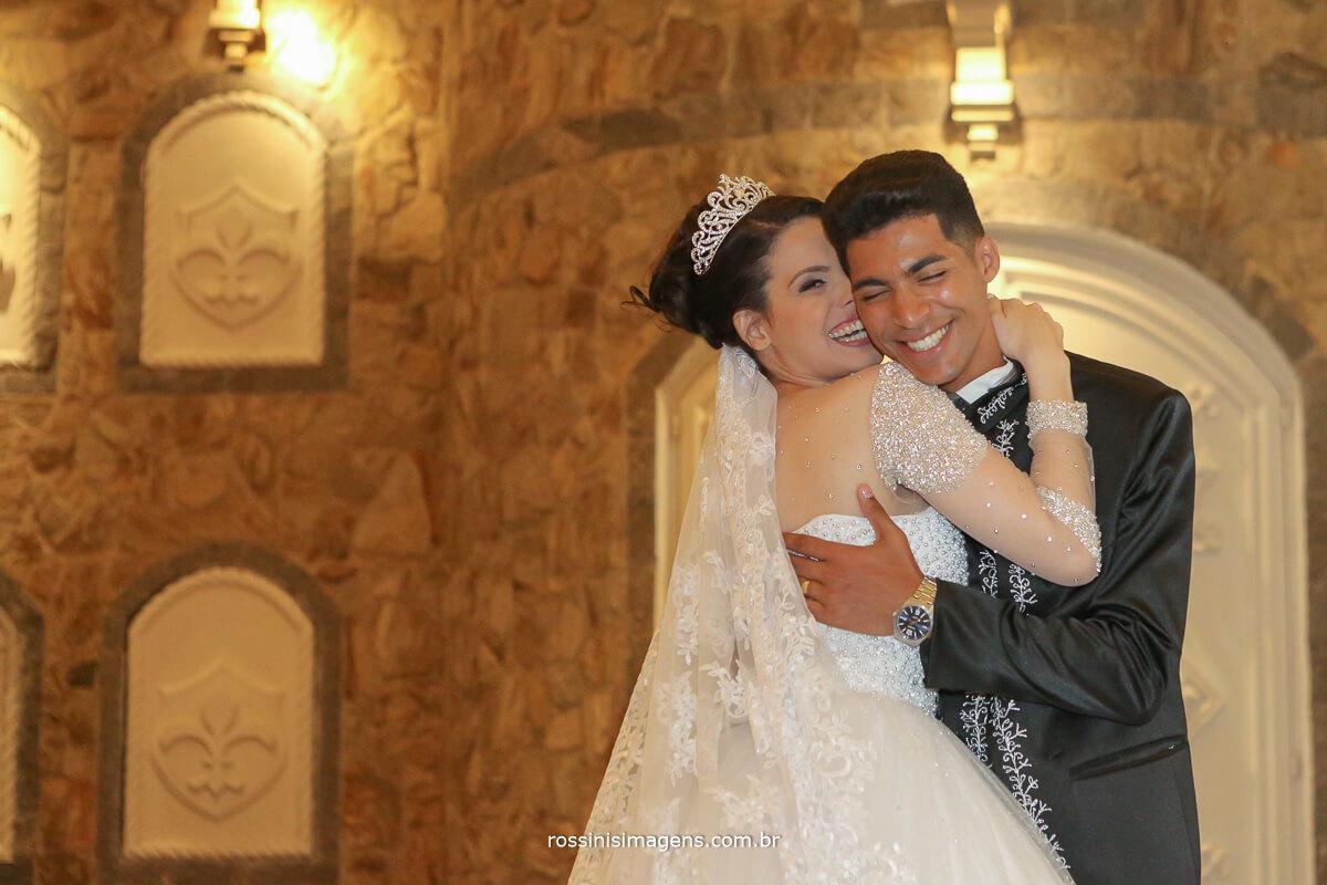 noiva beijando o noivo no castelo em mauá rossinis imagens, casal abraçados