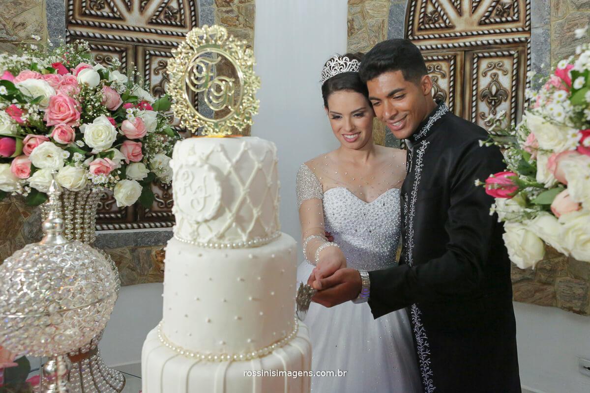 sessão de fotos no bolo casal cortando o bolo de casamento no monte castelo, fotografia rossinis imagens