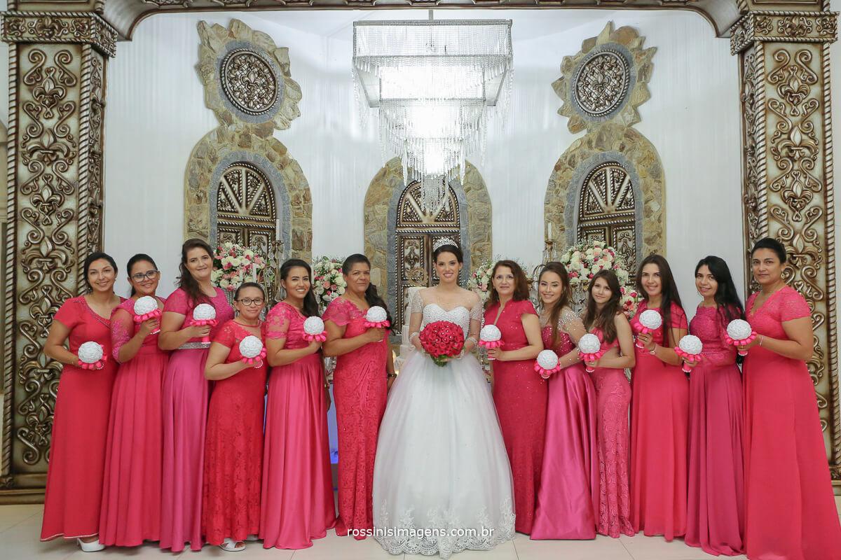 fotografia de casamento rossinis imagens wedding day madrinha e noiva juntas, madrinhas de rosa pink e com buquê branco e noiva de buquê rosa pink e vestido branco, rossinis