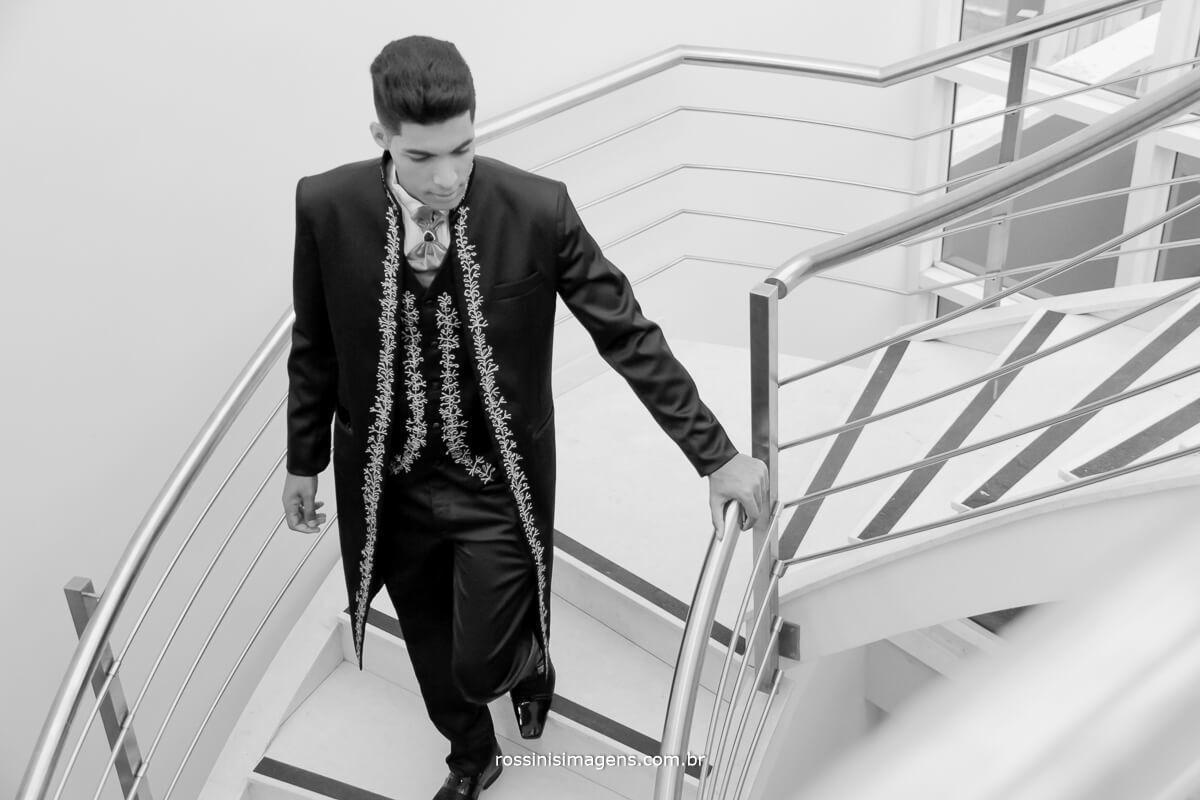 noivo descendo as escadas do salão de beleza na rua sete de setembro em suzano