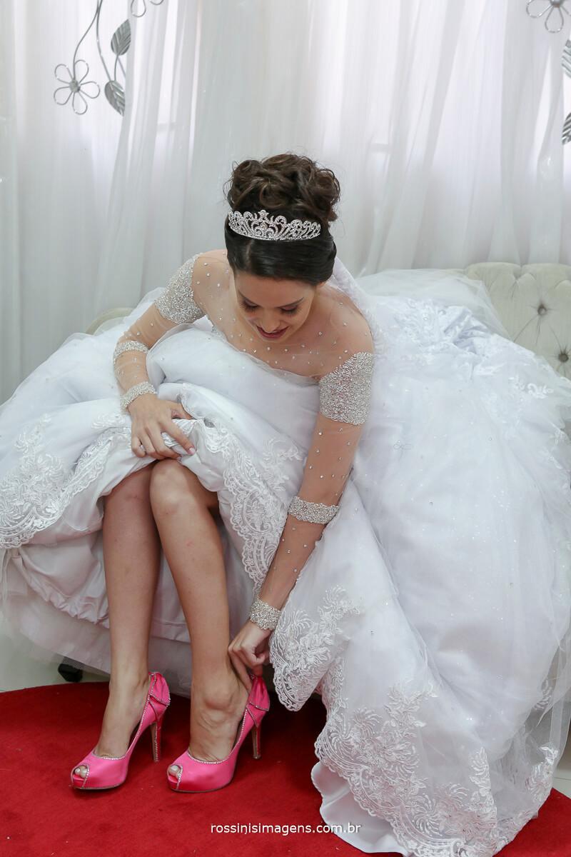 noiva colocando o sapato , noiva colocando o salto