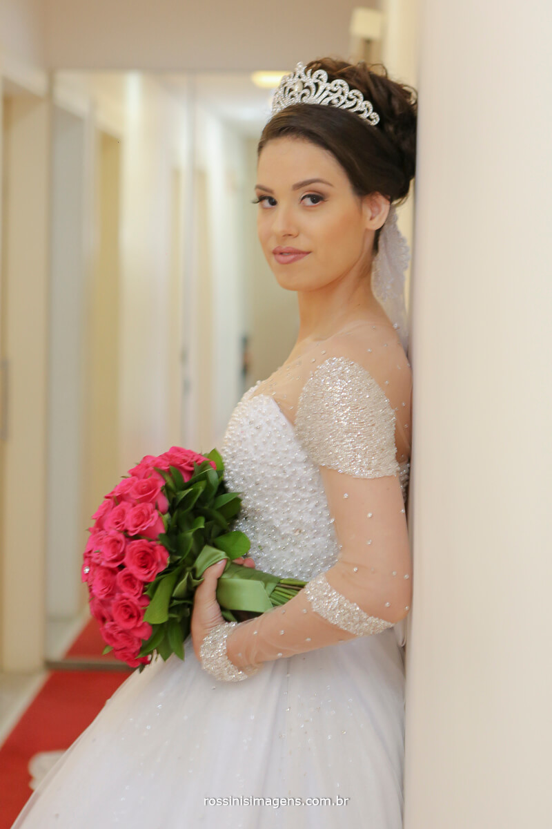 noiva no making of em suzano, noiva de branco com buque da celina flores rosa