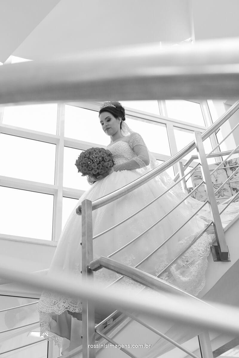 noiva descendo a escada com o buque na mão