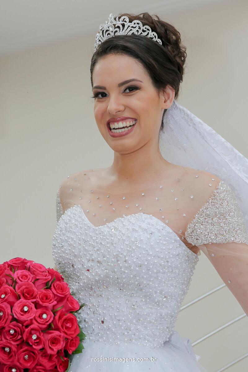 noiva sorrindo e feliz com o buquê na mão, fotografia de casamento em são paulo suzano muá rossinis imagens