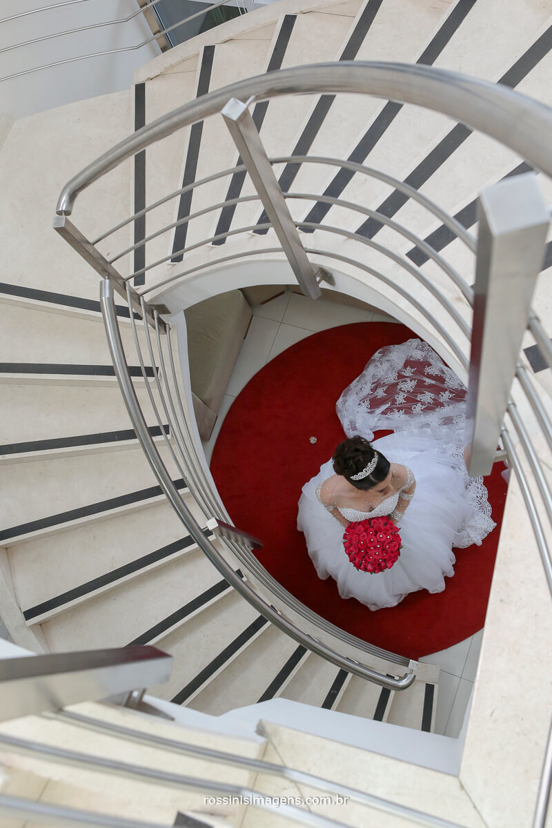 fotografia criativa de casamento em suzano, noiva emoldurada com a escada