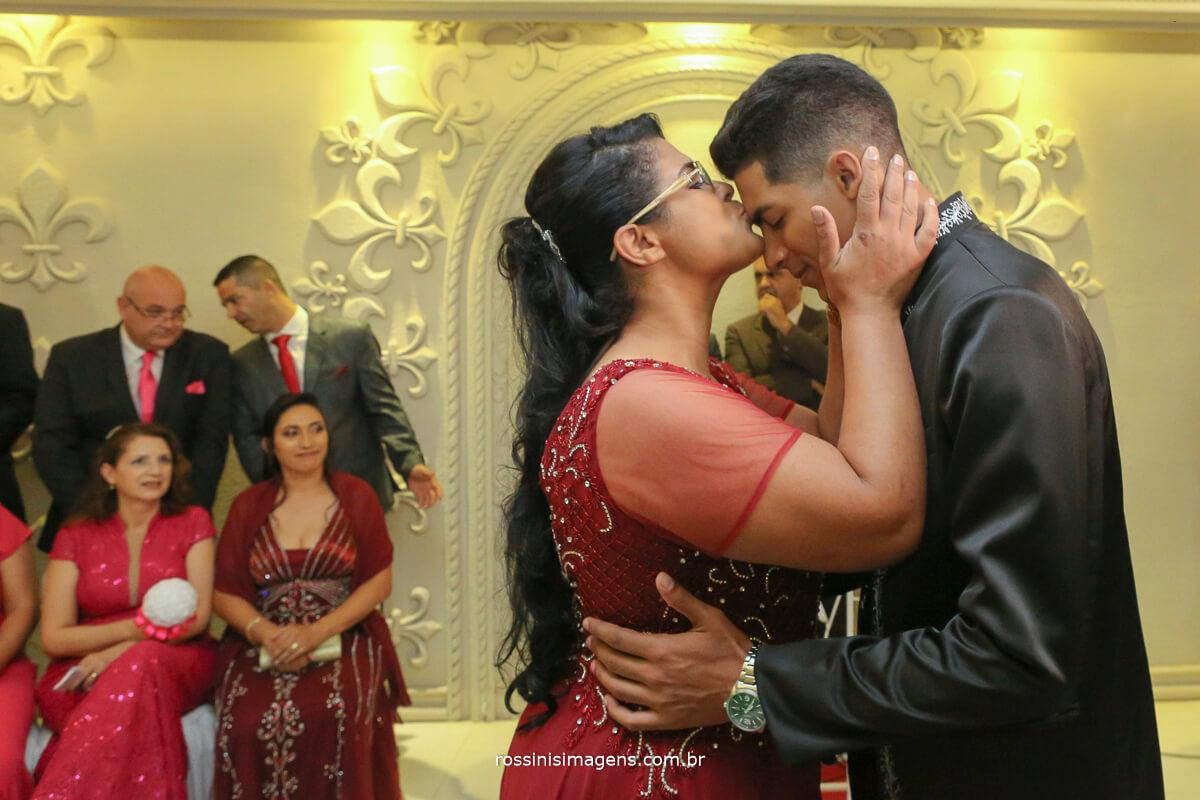 mae beijando o filho no altar cerimonia de casamento no monte castelo