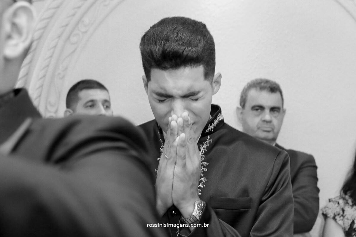 noivo chorando ao ver a noiva na entrada da cerimonia de casamento em monte castelo com fotografia da rossinis imagens