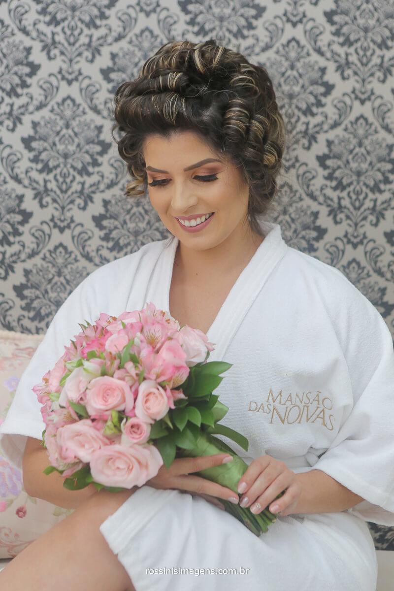 making of da noiva na mansão das noivas em suzano com robe personalizado e o lindo e luxuoso buquê de rosas