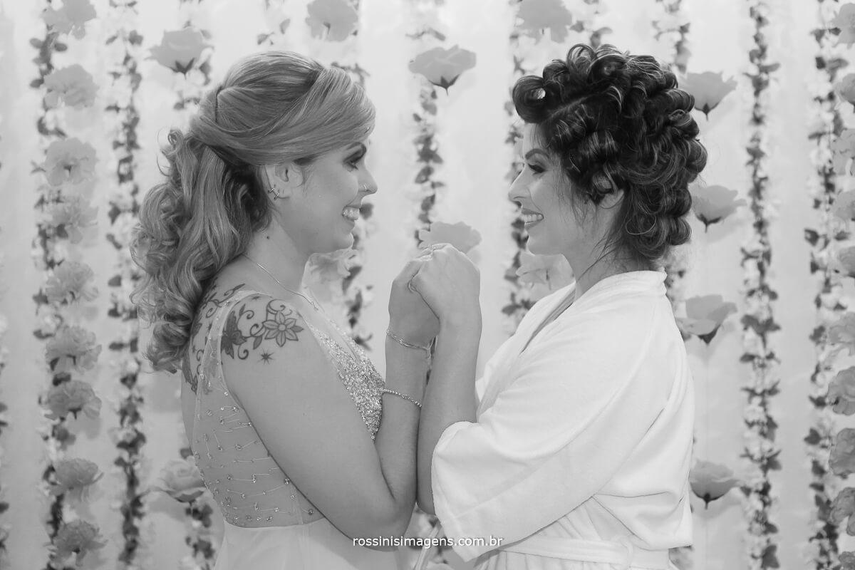 noiva e a irmã juntas no making of da noiva amor de irmã