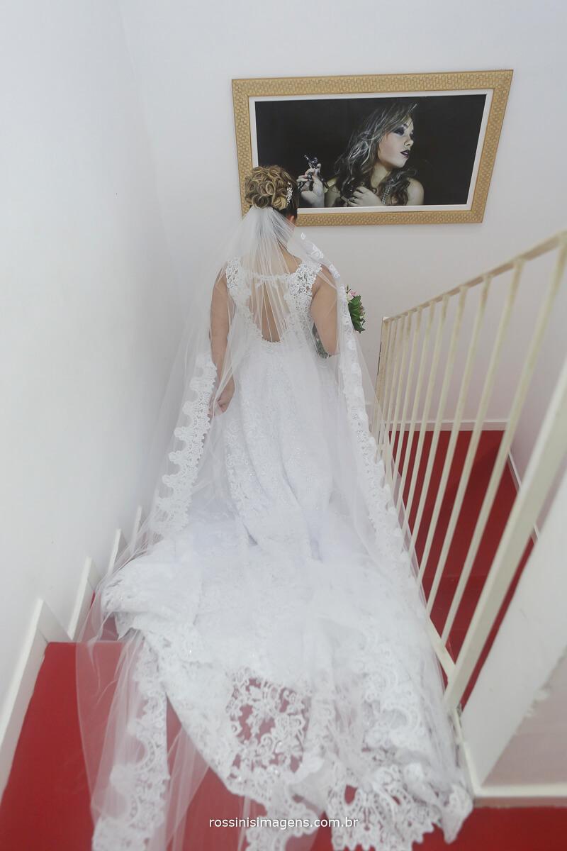 noiva descendo a escada da mansão das noivas