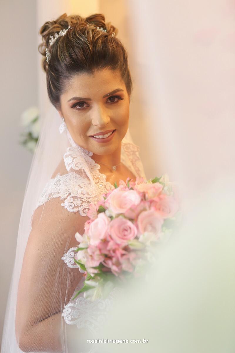 noiva maíra na mansão das noivas em suzano olhar da noiva com o veu e cortina