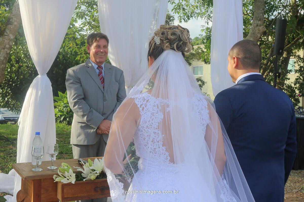 noiva e noivo no altar com a celebração ao comando do mestre de cerimonias Davi Roberto