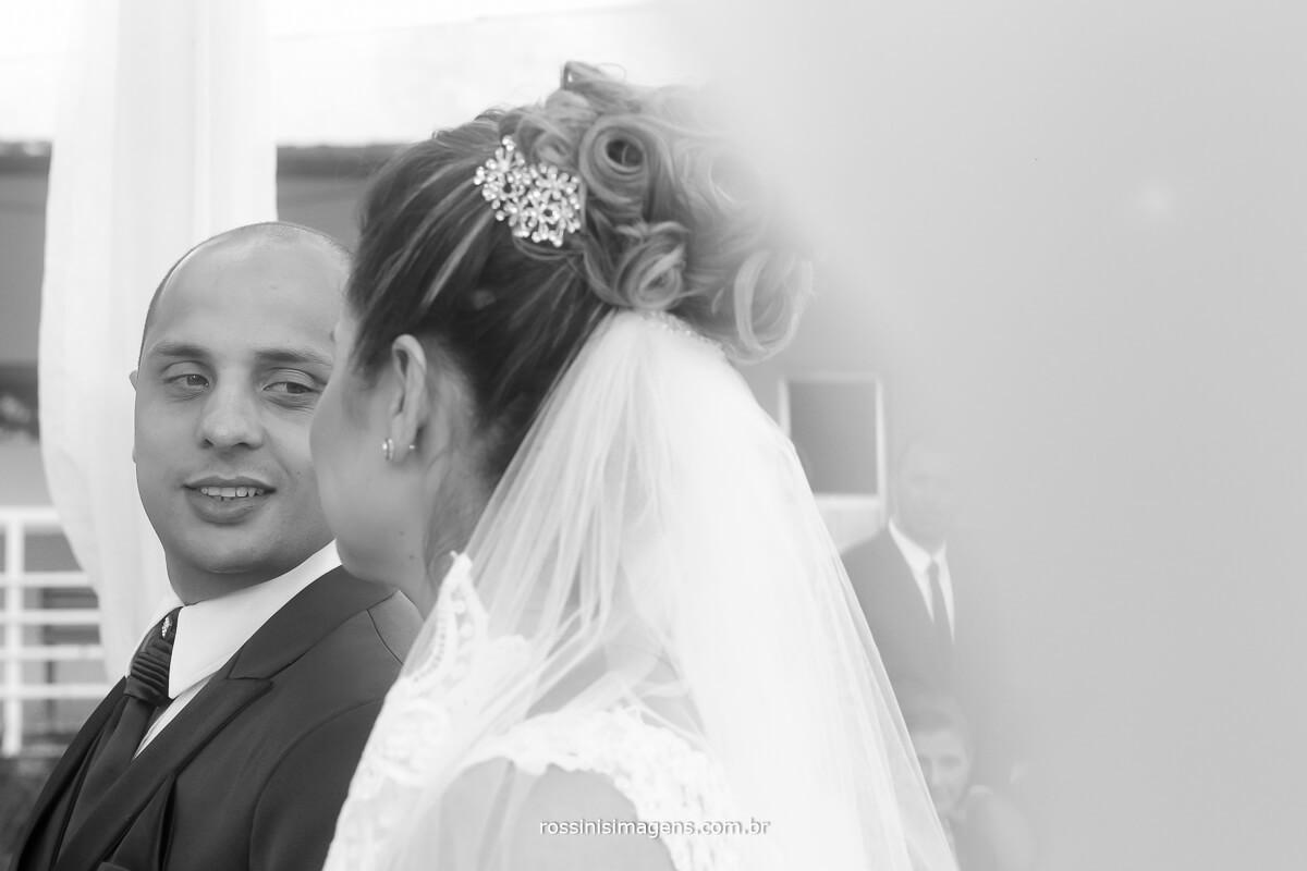 noivo olhando a noiva