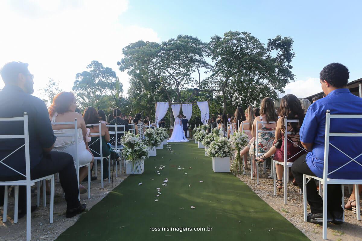 noivos no altar foto do corredor e do tapete verde