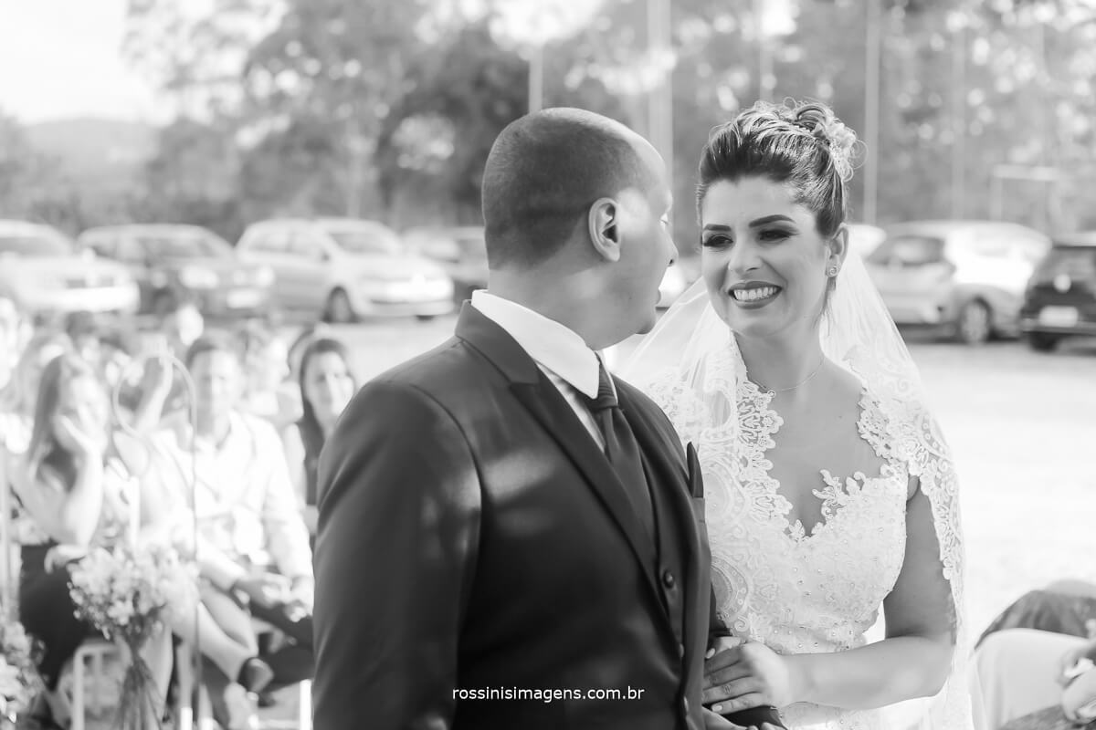 noiva olhando o noivo, emoção fotografia de casamento rossinis imagens