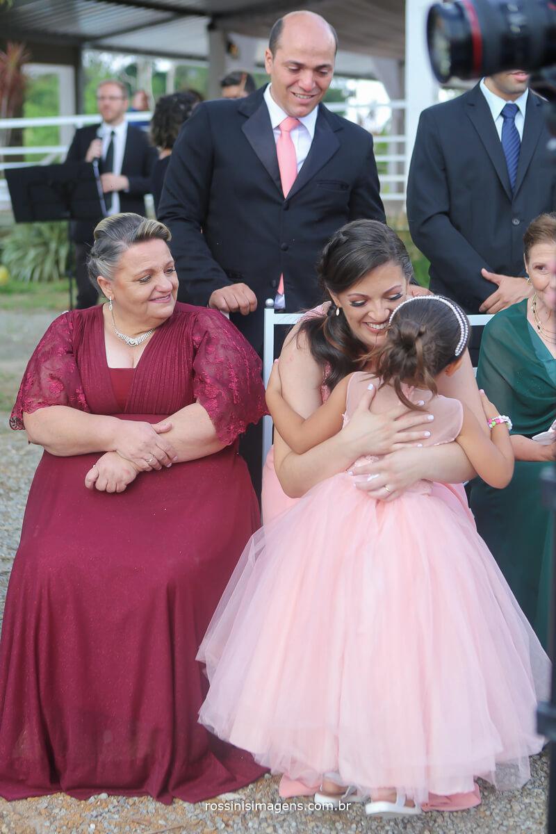 emoção da mae ao ver a filha entrando trazendo as alianças para o altar fotografia rossinis imagens