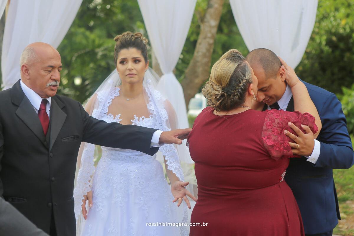 pai e mae do noivo cumprimentando apos a cerimonia de casamento no altar