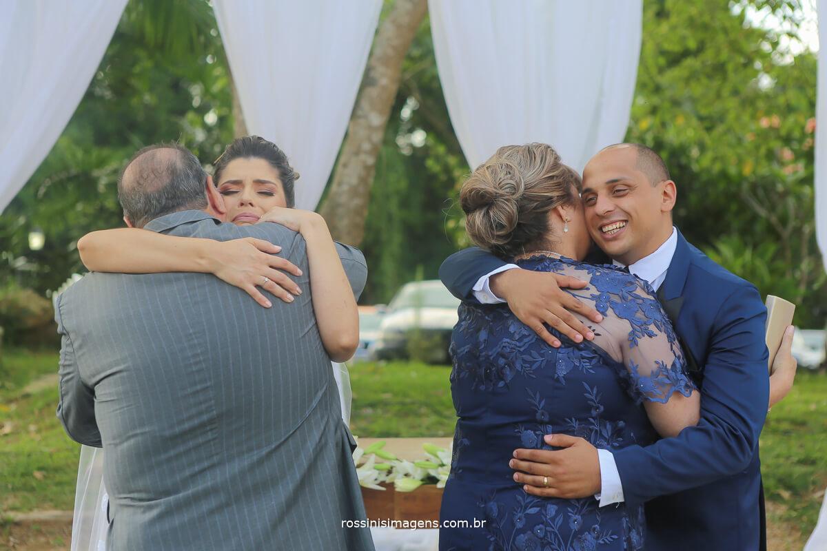 pai e mae da noiva cumprimentando noivos no altar