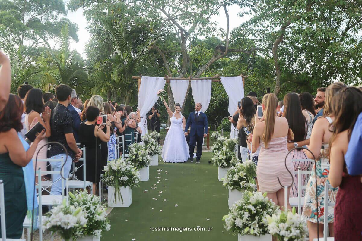 noivos no altar prontos para a saída de cerimonia muita animação casamento de dia, rossinis imagens, recanto tomioka mogi das cruzes