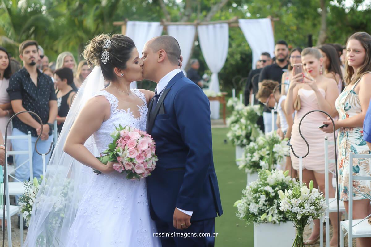 fotografia de casamento noivos na saida da cerimonia beijando