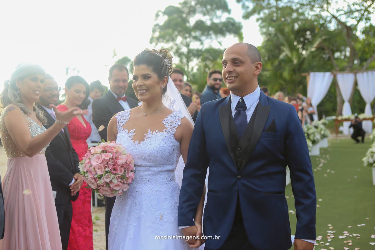 casal feliz olhando, apos a cerimonia de casamento, wedding day, casamento de dia, casamento em chácara, casamento em sitio, Rossini imagens
