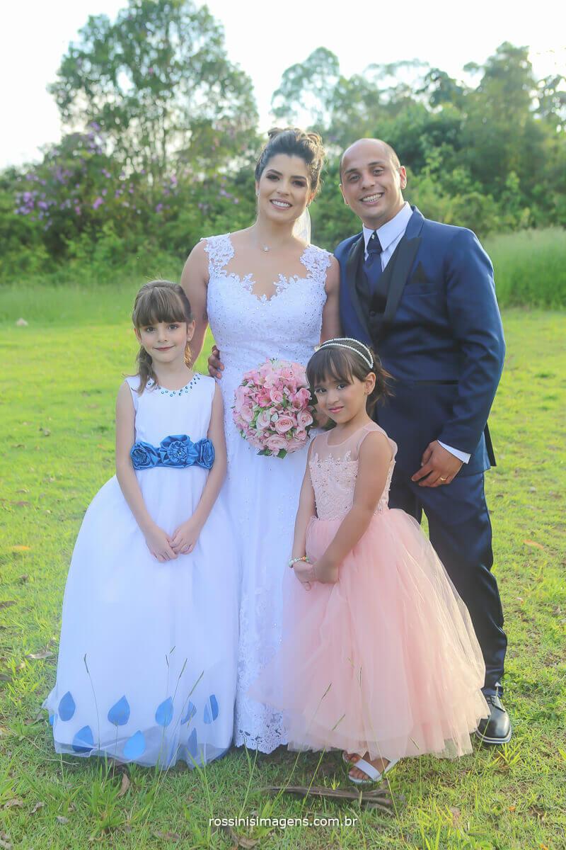fotografia do casal com as crianças que fizeram parte da cerimonia de casamento maíra e murilo