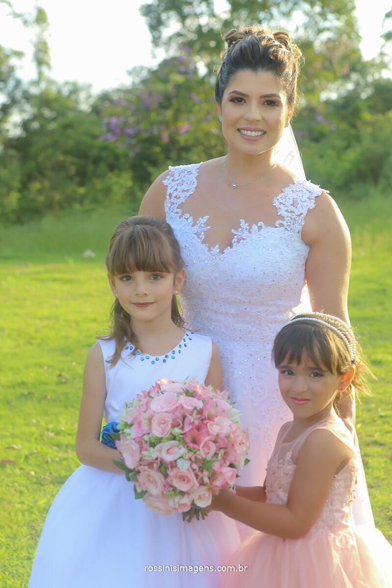 noiva e as crianças do cerimonial, wedding day, casamento de dia, casamento ao por do sol