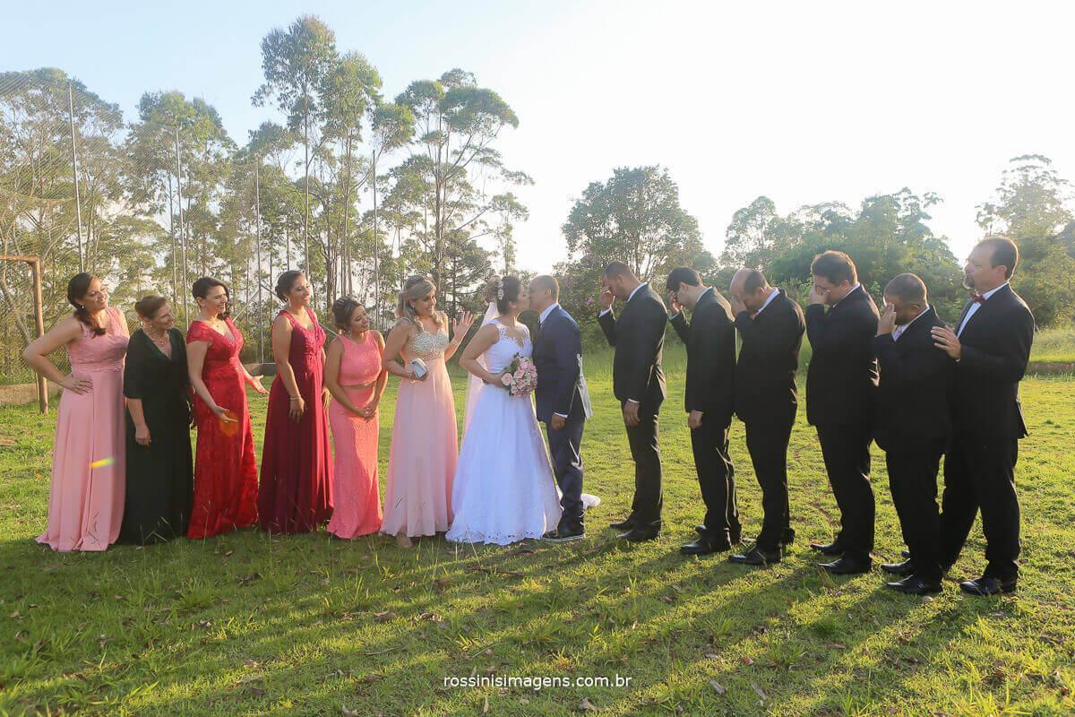 fotografia coletiva padrinhos e madrinhas com os noivos