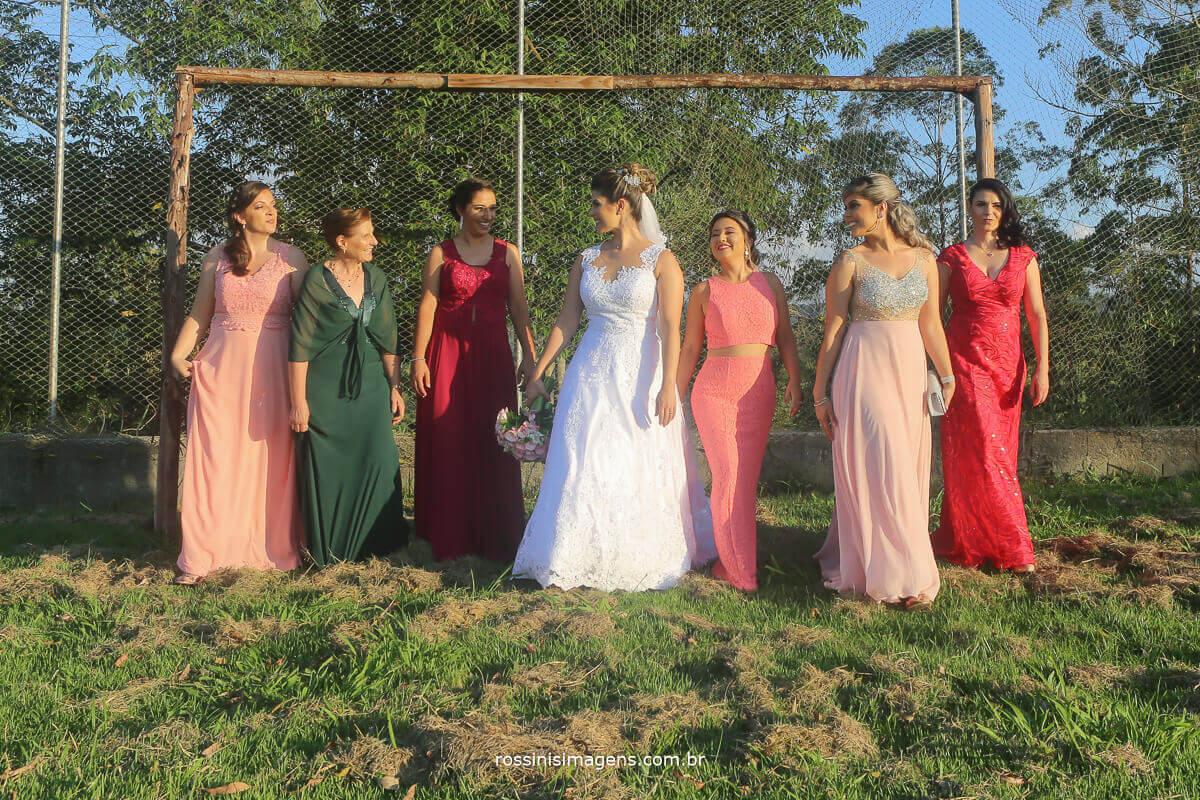fotografia de casamento madrinhas caminhando no campo de futebol, casamento de dia, por do sol, madrinhas rossinis imagens