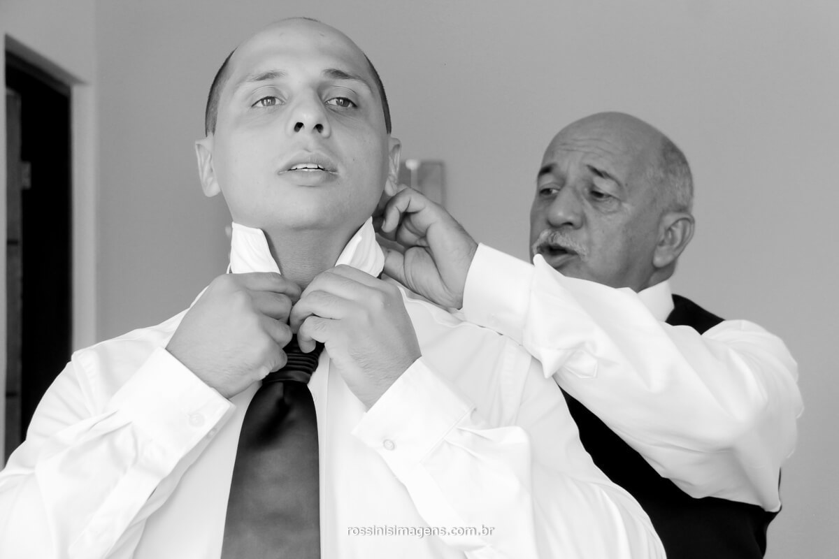 pai ajudando o noivo colocar a gravata, pai colocando a gravata no noivo, rossinis imagens, recanto tomioka mogi