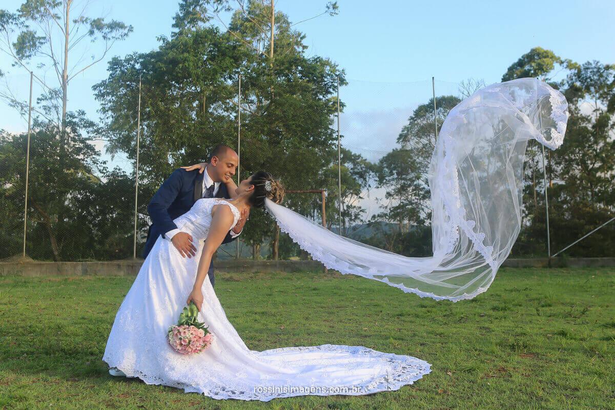 veu voando na sessão de fotos casamento em mogi ao por do sol