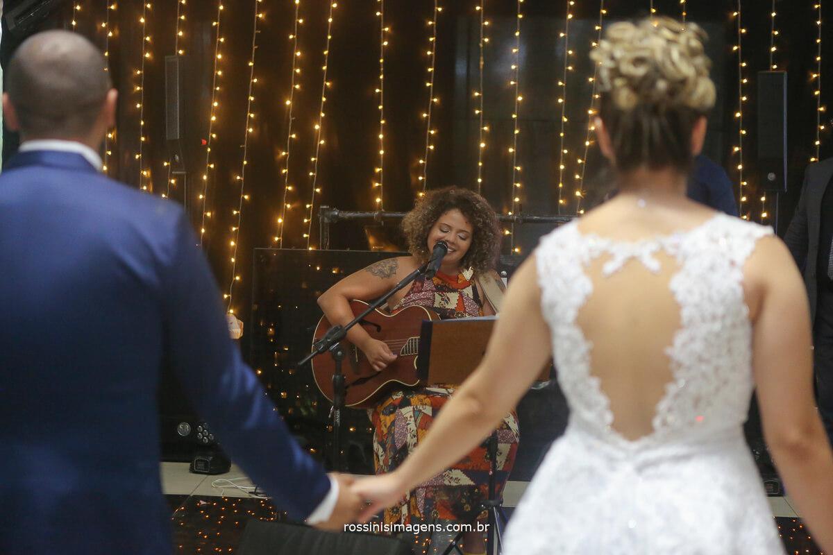 Monique cantora homenageando o casal, pista de dança